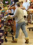 http://img210.imagevenue.com/loc104/th_617327769_Hilary_Duff_Shopping_in_Beberly_Hills23_122_104lo.jpg