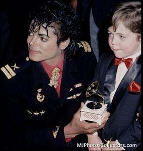 1986- The 28th Grammy Awards Th_799218490_med_gallery_1603_303_84228_122_161lo