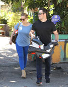 http://img210.imagevenue.com/loc477/th_096996122_Hilary_Duff_Mike_Luca_in_Laurel_Canyon23_122_477lo.jpg