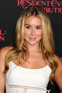 http://img210.imagevenue.com/loc477/th_585587563_AlexaVega_ResidentEvilRetributionPremiere_Hollywood_4_122_477lo.JPG
